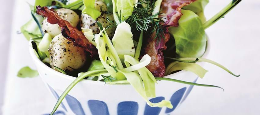 Kartoffelsalat med spidskål og bacon
