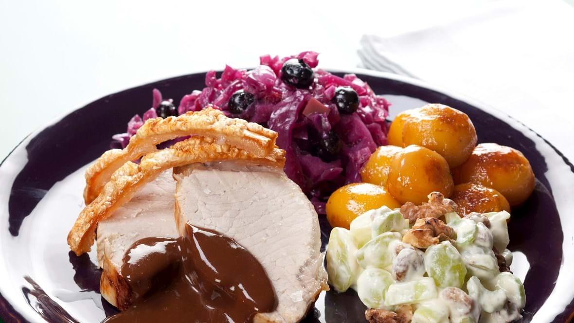 Svinekam med rødkål, brune kartofler og waldorfsalat