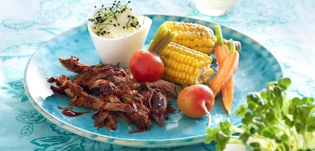 Pulled pork med sensommergrøntsager