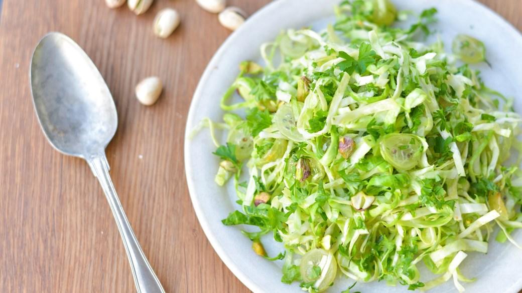 Spidskålssalat med stikkelsbær og pistacienødder