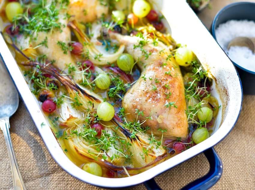 Ovnstegt kylling, stikkelsbær og nye løg