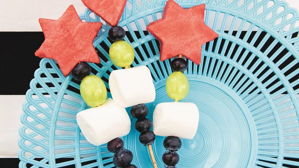 Fine frugt- og bærspyd med slik
