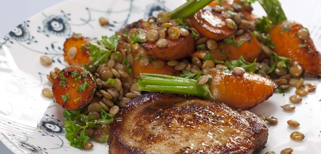 Svinekotelet med grønne linser og glaserede gulerødder