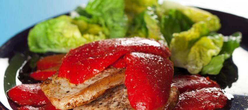 Svinekoteletter med bagt rød peber og salat