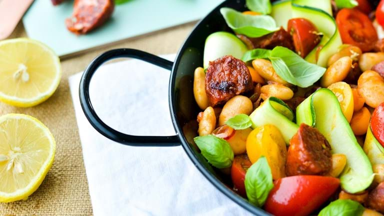 Lun bønnesalat med krydret pølse og frisk tomat