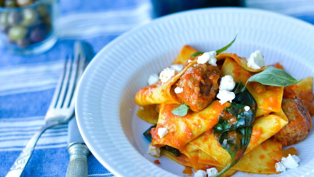 Minikødboller med bred pasta og peberfrugtsauce