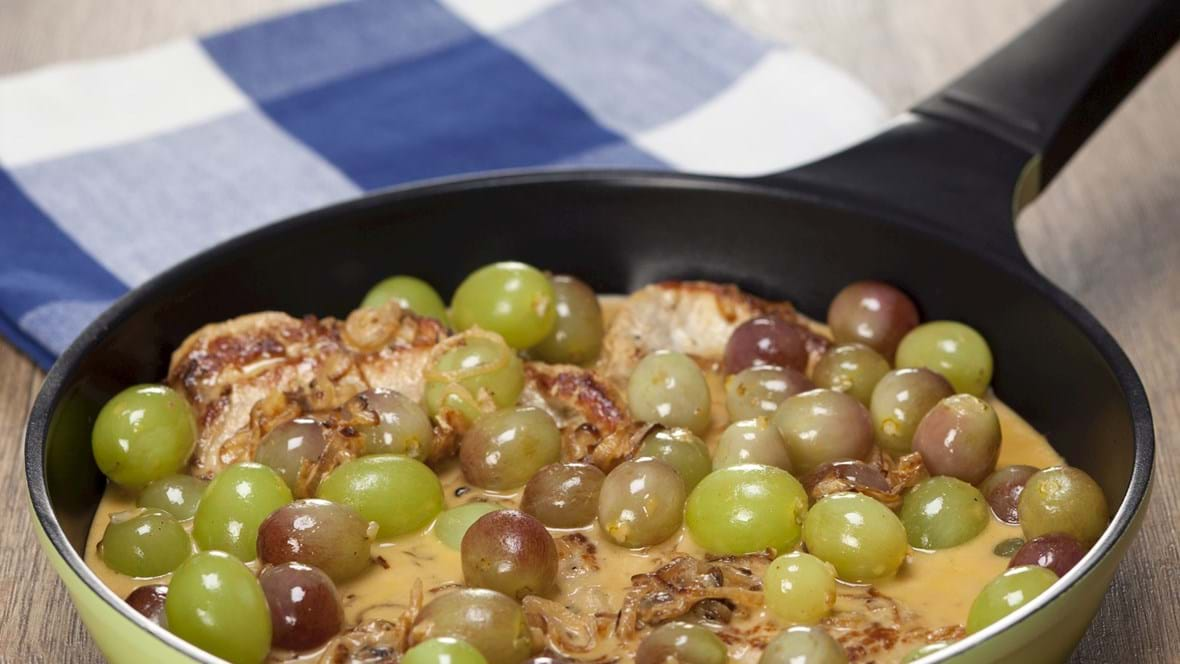 Svinekoteletter med løgsauce, druer og broccoli