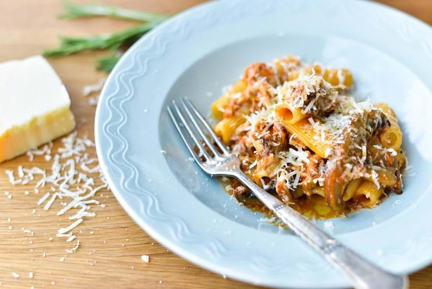 Pasta med kyllingeragout og svampe