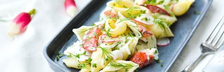 Kold pasta med kærnemælksdressing, skaldyr og urter