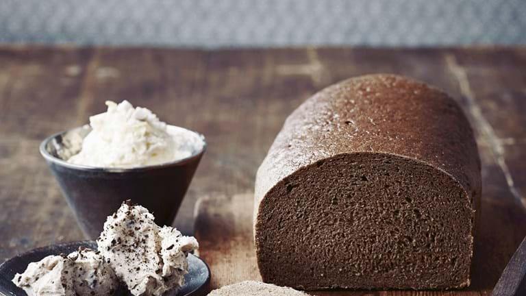 Hjemmebagt brød til tre slags smør