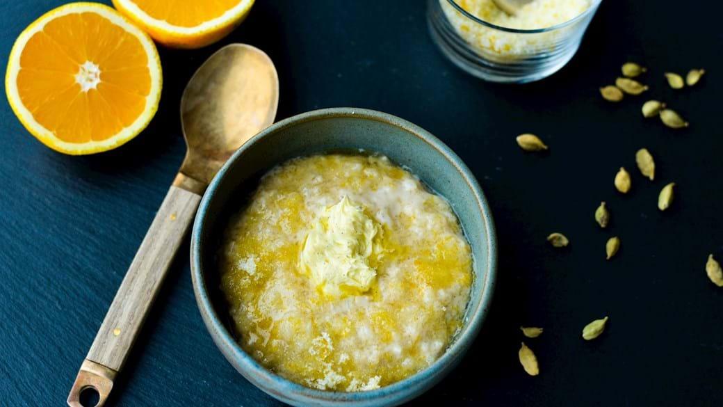 Krydret risengrød med appelsinsukker og rørt vaniljesmør