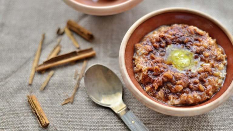 Perlebyggrød med hjemmelavet smør og mørkt kanelsukker