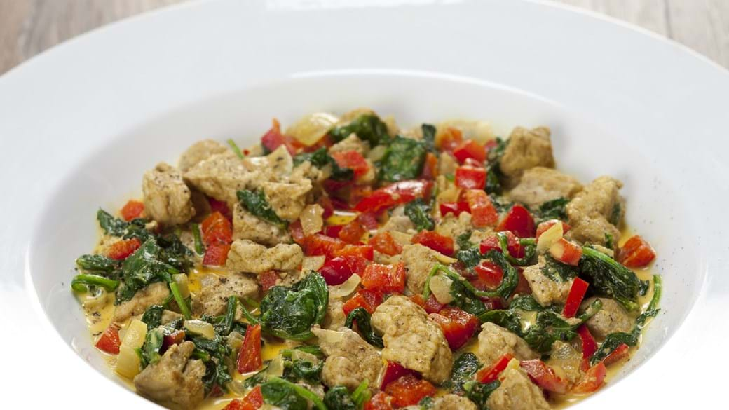 Svinekød i karry med spinat og rød peber
