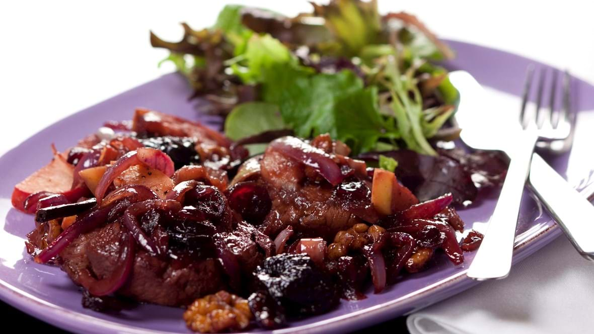 Svinemørbrad i portvin med æbler, svesker og valnødder