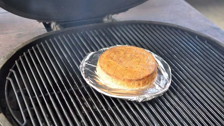 Røget brie med kiks og syltetøj - dessert på grillen