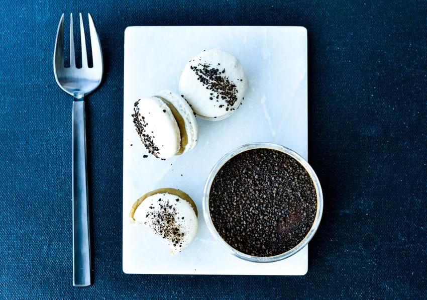 Macarons med lakrids og hvid chokoladecreme