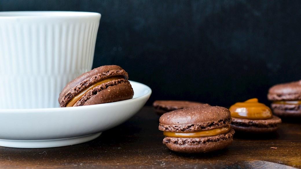 Kakaomacarons med karamelfyld