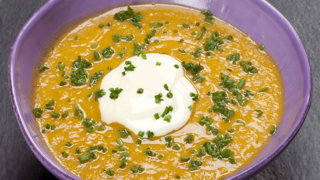 Sød kartoffelsuppe med rørt skyr og purløg