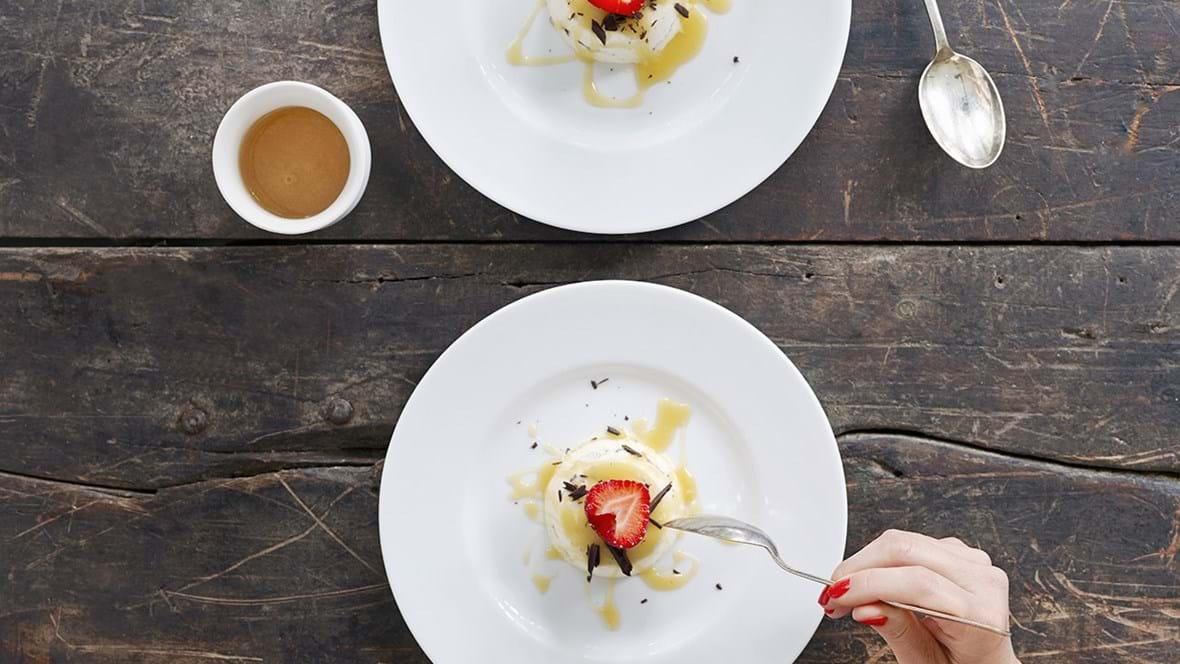 Vaniljeis med mørk chokolade og letsaltet æblekaramelsauce til 10 personer