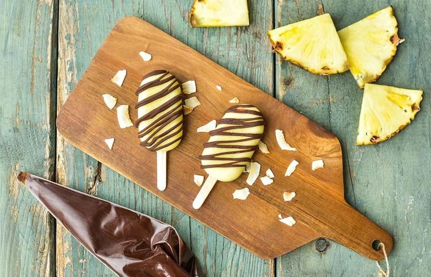 Ananas- og kokosis med chokolade