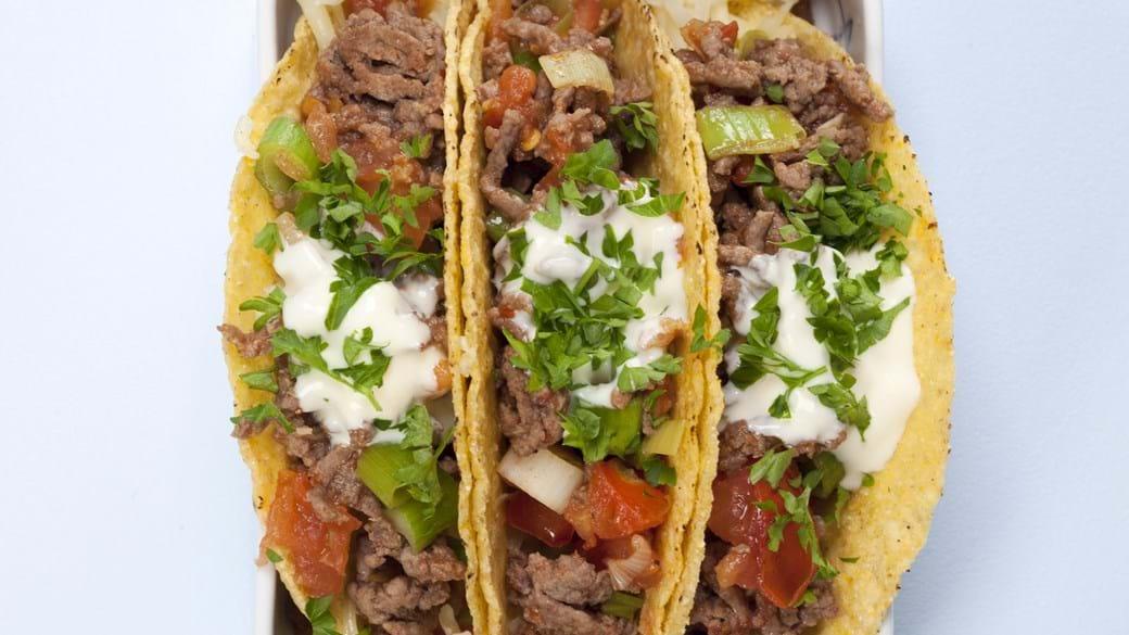 Taco skaller med ost, oksekød og tomat