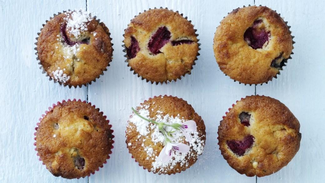 Muffins med kirsebær og hvid chokolade