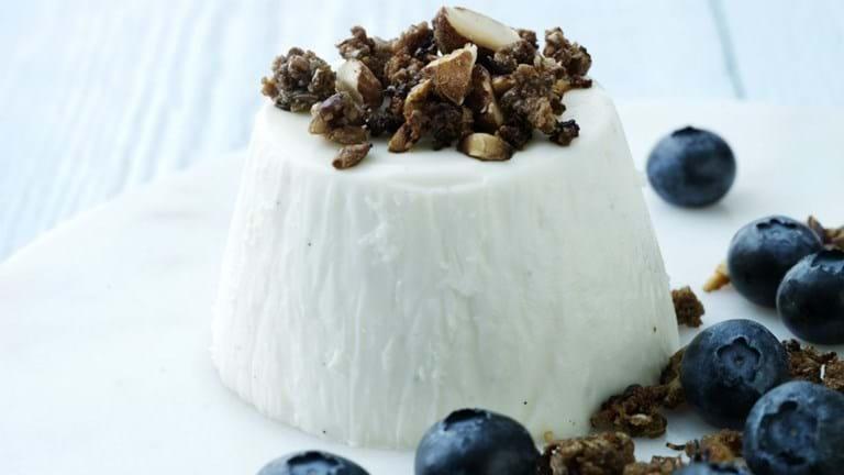 Panna cotta med kærnemælk, bær og rugbrødsknas