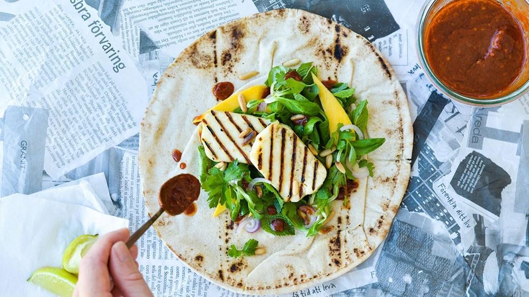 Wraps med grillet halloumi, mango og chiliolie