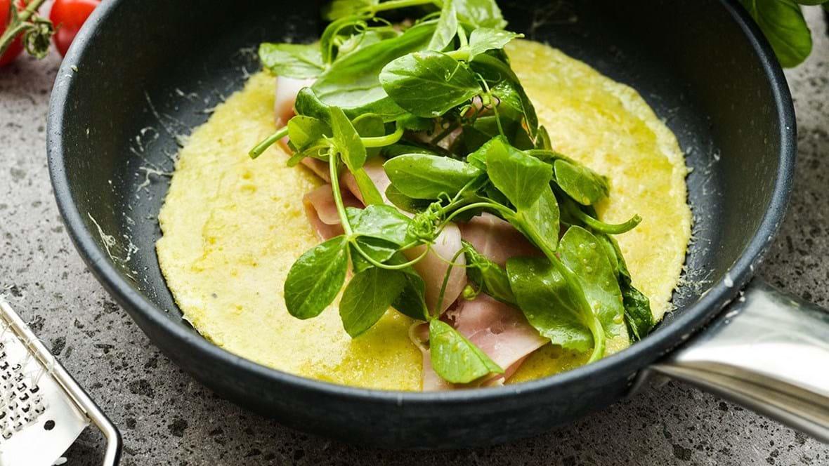 Æggewraps med ost, skinke og sennepssalat