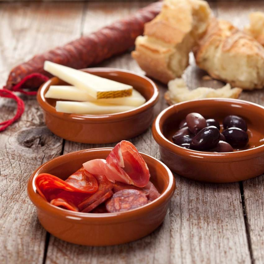 Tapas med pølse, skinke ost og oliven