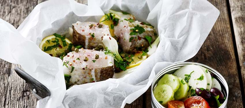 Torsk i pakke med græsk salat