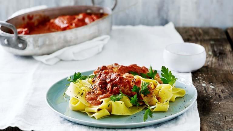 Rødspætte i tomatsauce