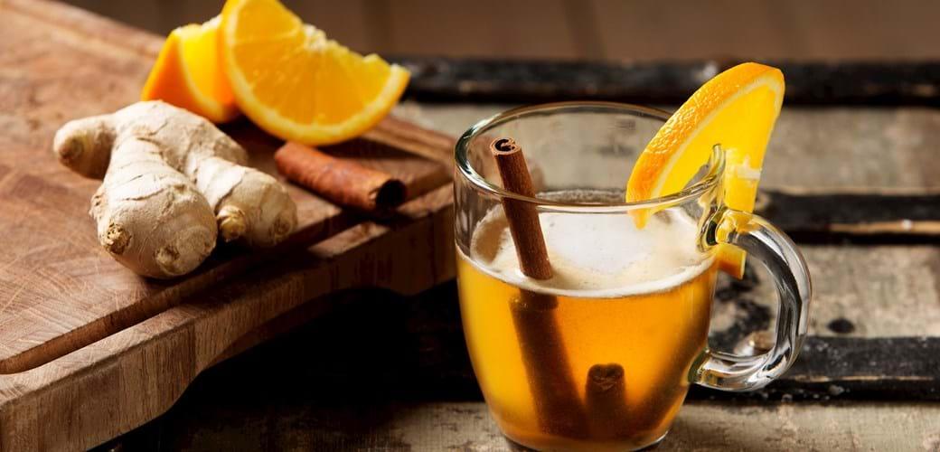 Varm øl og whisky-cocktail