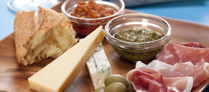 Tapas med skinke, ost, oliven og pesto