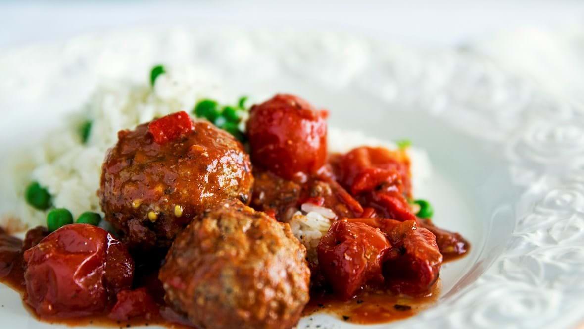 Köfte i tomat med ris og ærter