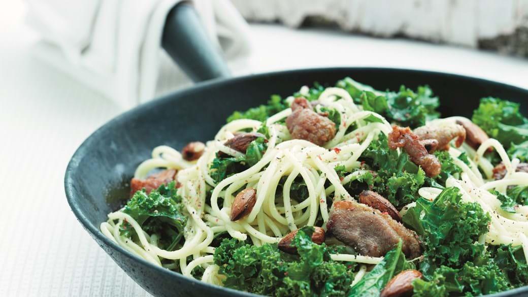 Grønkål og pasta med sprød and og mandler