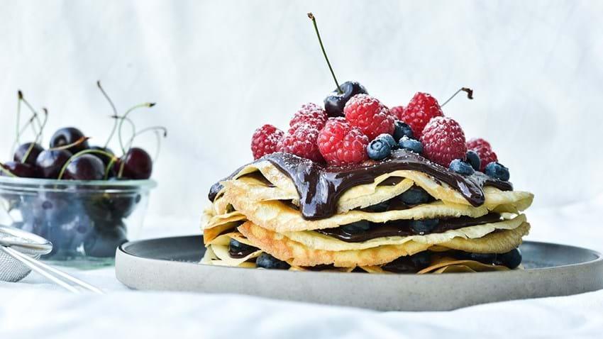 Pandekagetårn med chokolade og friske bær