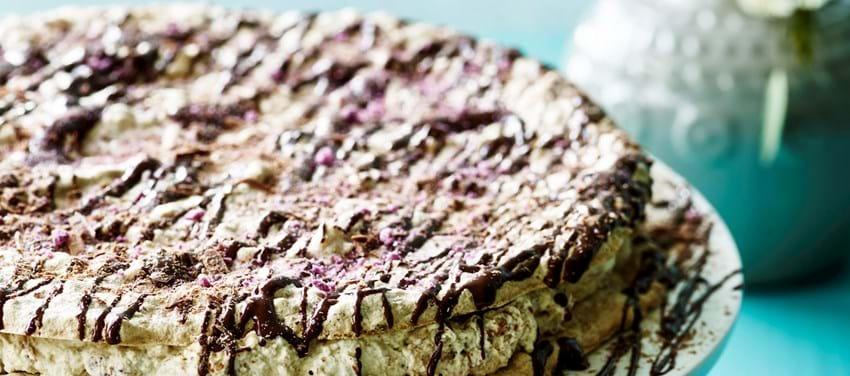 Hasselnøddelagkage med svesker og chokolade