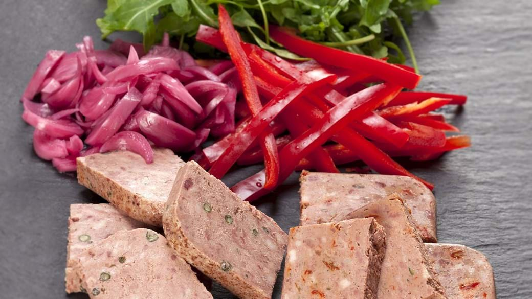 To slags paté med syltede rødløg, rød peberfrugt og rucola
