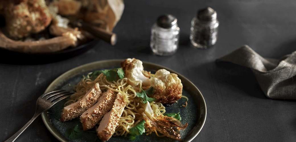 Stegte nudler med kylling og blomkål bagt i ingefærpasta