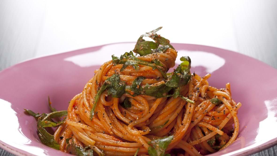 Tomatiseret pasta med rucola, parmesan og sort peber