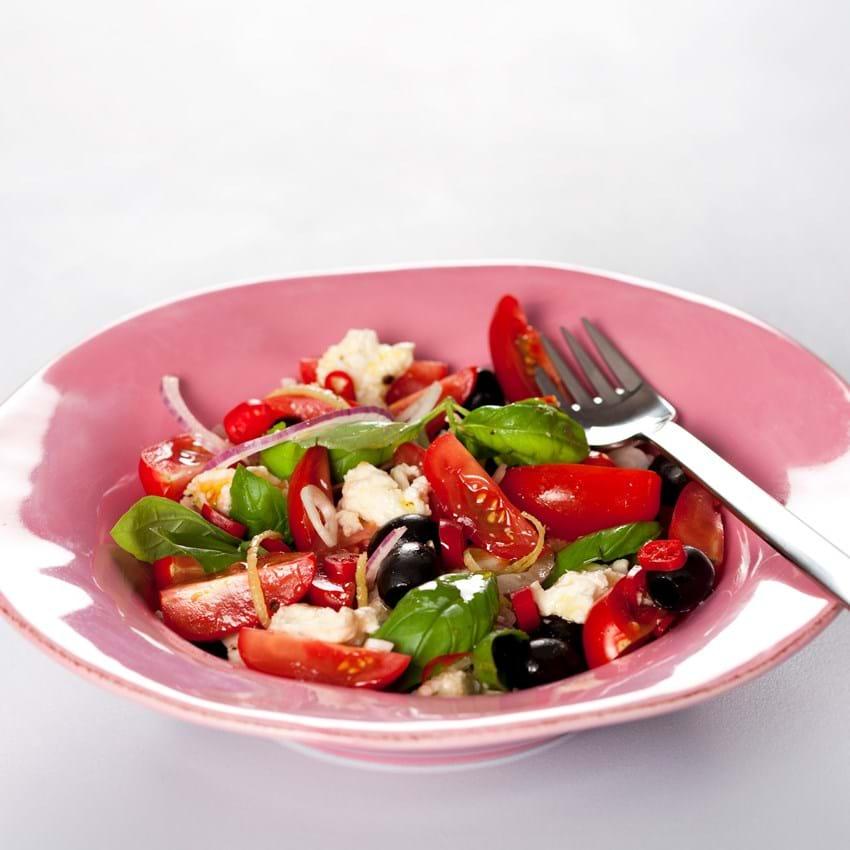 Tomatsalat med mozzarella, chili og sorte oliven