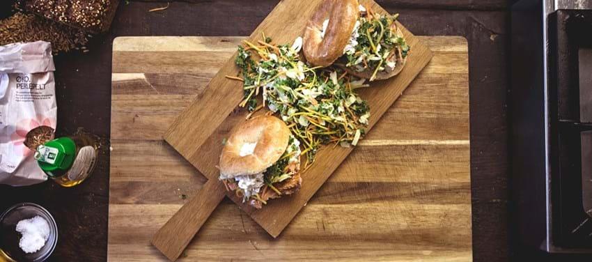 Fuldkornsbagel med varmrøget laks og peberrodssalat