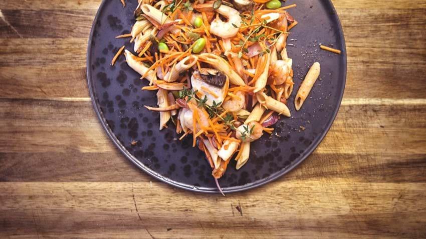 Stegte rejer med pasta, gulerødder og svampe