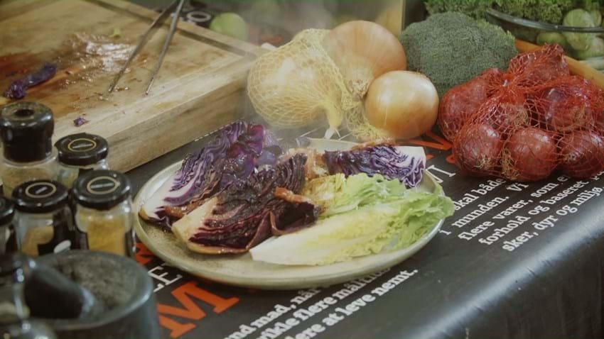 Stegt minirødkål og salat med bacon