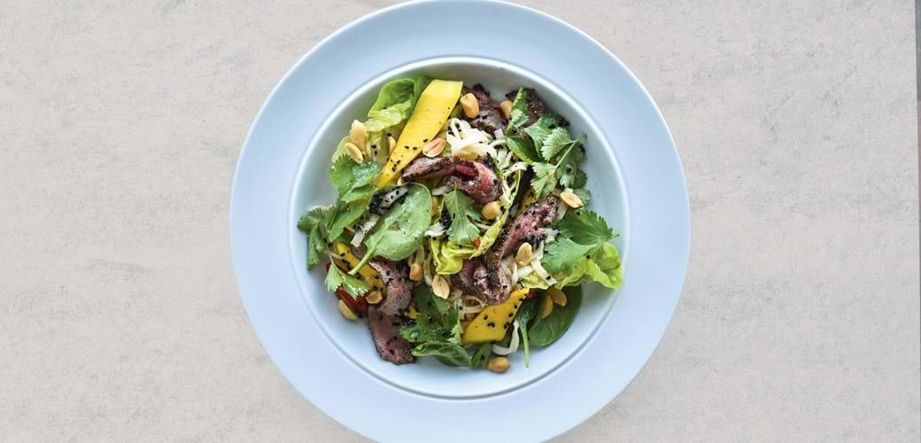 Steaksalat med sursød dressing