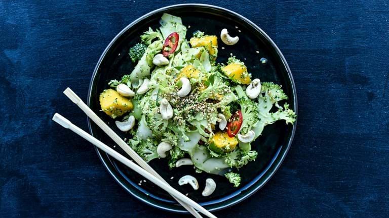 Broccolisalat med frisk mango og sesam
