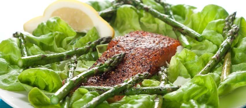 Varmrøget laks med salat og asparges