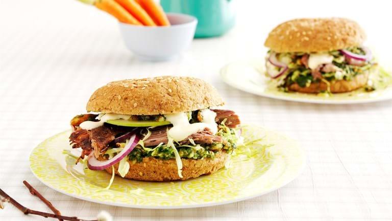 Langtidsstegt lam i burger med dild og persillepesto