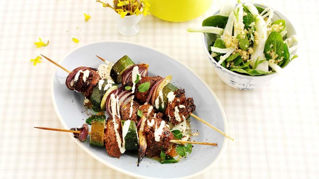 Krydrede lammespyd med fennikel og spinatsalat
